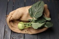 Kalarepy kapuściane z zielonymi liśćmi na metalu talerzu na drewnianym tle stary rocznik wsiadają Fotografia Royalty Free
