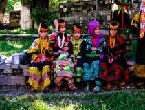 Kalash全国服装的部落妇女画象在Joshi费斯特Bumburet, Kunar,巴基斯坦 库存图片