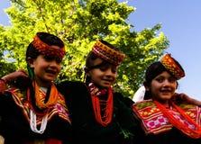 Kalash全国服装的部落妇女画象在Joshi费斯特Bumburet, Kunar,巴基斯坦 图库摄影