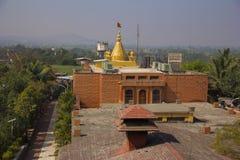 Kalash dourado com bandeira do açafrão, Shri Sai Sansthan Prati Shirdi, Shirgaon, Pune Imagens de Stock Royalty Free