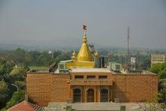 Kalash dourado com bandeira do açafrão, Shri Sai Sansthan Prati Shirdi, Shirgaon, Pune Foto de Stock Royalty Free