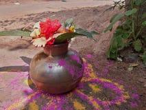 Kalash för dyrkan Det är mycket sakralt och rent arkivbild