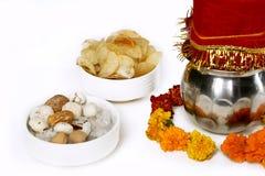 Kalash z koksem i chunni z kwiecistą dekoracją dla navratri pooja Portret sucha owoc i frytki w pucharze zdjęcie royalty free