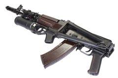 Kalashnikov AK 74 com o lançador de granadas do GP 25 isolado no branco Imagem de Stock