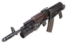Kalashnikov AK 74 com o lançador de granadas do GP 25 isolado no branco Fotos de Stock Royalty Free