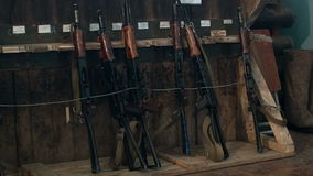 Kalashnikov automatische wapens stock footage