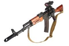 Kalashnikovak 47 med optisk sikt på Arkivfoto