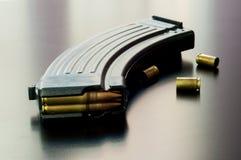 Kalashnikovkulor på tabellen Arkivfoton