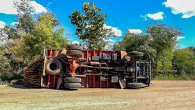 Kalasin, Ταϊλάνδη/05/Ιανουάριος/2018/μεγάλο ατύχημα φορτηγών ove Στοκ εικόνες με δικαίωμα ελεύθερης χρήσης