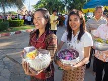 Kalasin Thailand - Januari 1: Mycket folk ger allmosa till en bu Royaltyfri Foto