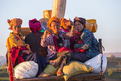 KALAW, MYANMAR - 28 DE NOVEMBRO DE 2014: muitos camponeses no tra burmese Imagem de Stock Royalty Free