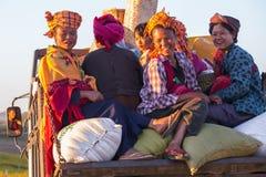 KALAW, MYANMAR - 28 DE NOVEMBRO DE 2014: muitos camponeses no tra burmese Imagens de Stock