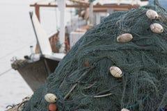 Kalba阿拉伯联合酋长国捕鱼网在Kalbar富查伊拉堆了在小船的上流 库存照片