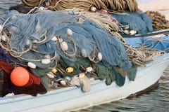 Kalba阿拉伯联合酋长国捕鱼网在Kalbar富查伊拉堆了在小船的上流 免版税库存图片