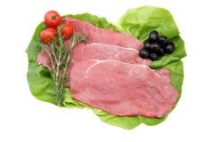 Kalbfleisch in den Scheiben auf weißem Hintergrund lizenzfreie stockfotografie