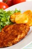 Kalbfleisch-KotelettSchnitzel - mit Kopfsalat Lizenzfreies Stockbild