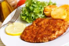 Kalbfleisch-KotelettSchnitzel - mit Kopfsalat Lizenzfreie Stockfotografie