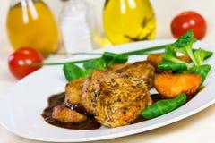 Kalbfleisch-Verkleidung-zartes Lendenstück mit Soße und Salat lizenzfreie stockfotografie