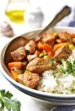 Kalbfleischeintopfgericht gedient mit Reis Abbildung der roten Lilie Stockfoto