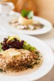 Kalbfleischleiste mit einem sahnigen souce gemacht von Käse und von Walnuss Dorblu Stockfotos