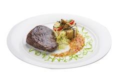 Kalbfleischsteak mit Salsa auf einer weißen Platte lizenzfreie stockfotos