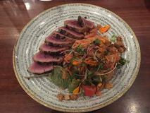 Kalbi-Steak mit süßem Salat lizenzfreie stockfotografie