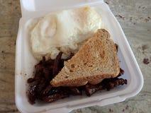 Kalbi, twee eieren over gemakkelijk bovenop twee lepels van rijst en twee s Stock Fotografie