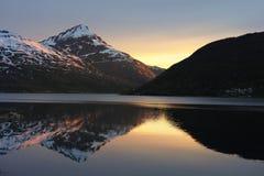 Kaldfjord-Reflexion - Kvaloya, Nord-Norwegen Lizenzfreies Stockbild
