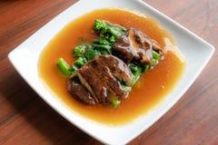 Kale και shiitake μανιτάρι σε ένα άσπρο πιάτο στοκ εικόνες με δικαίωμα ελεύθερης χρήσης