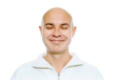 Kale glimlachende mens met zijn gesloten ogen Geïsoleerde studio royalty-vrije stock afbeelding