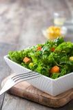 Kale sałatka w białym pucharze zdjęcia royalty free