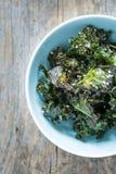 Kale szczerbi się z solą w pastelowym błękitnym pucharze chwytającym od above (odgórny widok) Zdjęcie Royalty Free