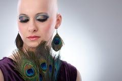 Kale vrouw met pauwpluimen royalty-vrije stock foto's
