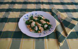 Kale z chickpea i piec dorszem fotografia stock