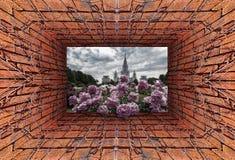Kaleidoskopische Steigungs3d-ansicht des alten Tunnels mit hereinkommendem Campus der Backsteinmauer und des trockenen Efeus und  lizenzfreie stockfotografie