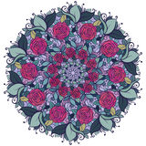 Kaleidoskopisches Blumenmuster, Mandala mit Rosen und Blätter lokalisiert auf weißem Hintergrund Stockfotografie