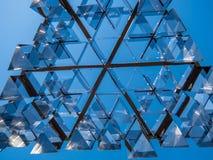 Kaleidoskopkunstskulptur von unterhalb gesehen stockfotos