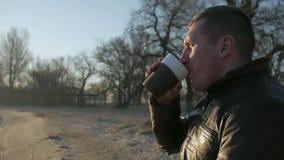 Kaleka pije kawę, portret samotna samiec obezwładniająca na wózku inwalidzkim zbiory wideo