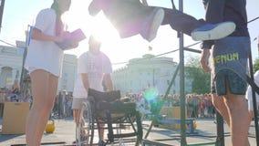 Kaleka samiec na wózku inwalidzkim ciągnie up na barze przy wydarzeniem sportowym w na wolnym powietrzu zbiory wideo