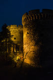 Kalemegdan有塔的堡垒门和一个木桥在晚上在贝尔格莱德 免版税库存图片