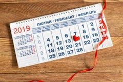 Kalendarz z czerwonym sercem i faborkiem Luty 14 obrazy stock