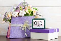 Kalendarza 5 Czerwa Wciąż życie z kwiatami i prezentami Zdjęcie Stock