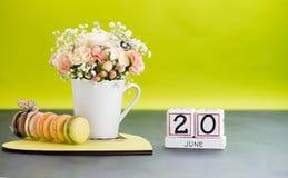 Kalendarza 20 Czerwa Wciąż życie z kwiatami i prezentami Zdjęcia Royalty Free