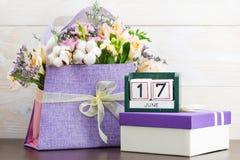 Kalendarza 17 Czerwa Wciąż życie z kwiatami i prezentami Fotografia Royalty Free