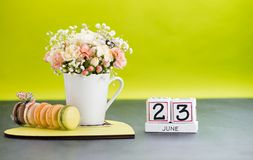 Kalendarza 23 Czerwa Wciąż życie z kwiatami i prezentami Zdjęcia Stock
