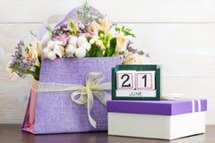 Kalendarza 21 Czerwa Wciąż życie z kwiatami i prezentami Zdjęcia Stock