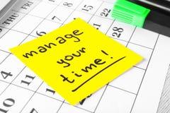 Kalendarza i majcheru papier z zwrotem KIERUJE TWÓJ czas, zbliżenie zdjęcie royalty free