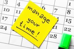 Kalendarza i majcheru papier z zwrotem KIERUJE TWÓJ czas, zbliżenie obraz royalty free