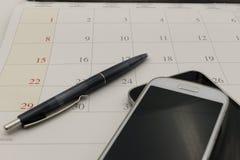 Kalendarzowa data i telefon w biznesowym pojęciu Obrazy Stock