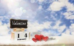 Kalendarzowy pudełko z blackboard dla wchodzić do teksta, Luty 14, miłość dzień, czerwony kierowy miejsce na drewnianym stole, ja zdjęcia royalty free